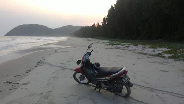 Xe máy và xe đạp là hai phương tiện di chuyển chủ yếu trên đảo. Ảnh: ST