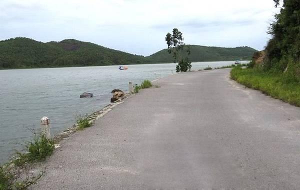 Chạy xe dọc theo con đường quanh đảo là một trải nghiệm tuyệt vời bạn không thể bỏ qua. Ảnh: ST