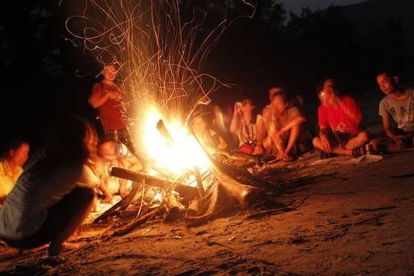 Đốt lửa trại là một hoạt động thú vị bạn có thể làm vào buổi tối trên đảo. Ảnh: ST