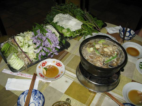 Món lẩu mắm Dạ Lý ăn kèm với nhiều loại rau đặc trưng của vùng sông nước. Ảnh: skyscrapercity.com