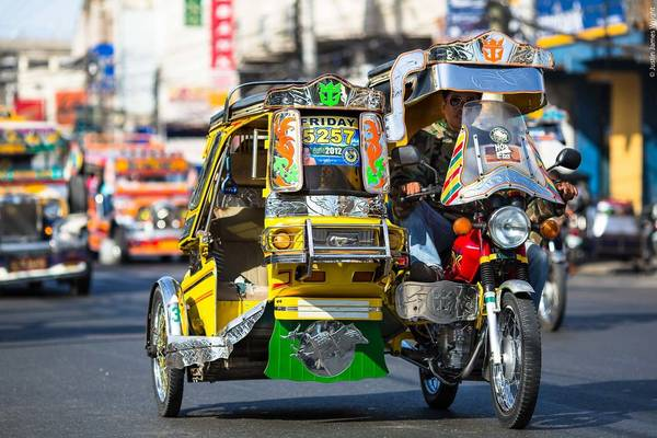Tricycle là loại xe khá phổ biến tại các thành phố và khu du lịch ở Philippines. Ảnh: jjwrightfineart.com