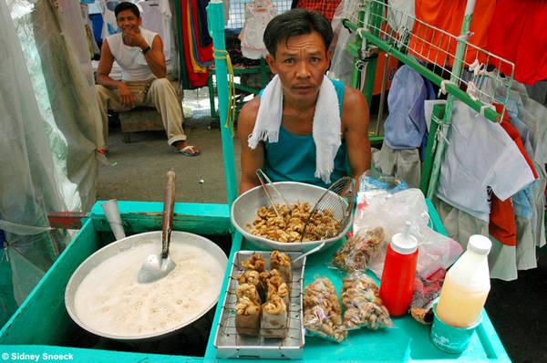Tsitsaron là món ăn đường phố rất được yêu thích. Ảnh: my_sarisari_store.typepad.com