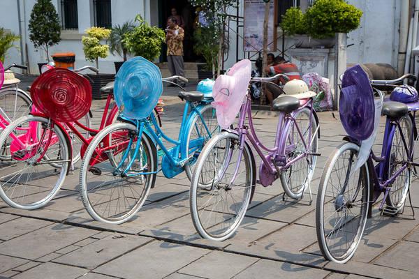 Du khách có thể thuê những chiếc xe đạp xinh xắn có kèm mũ để đi dạo trong phố cổ. Ảnh: Michael Turtle