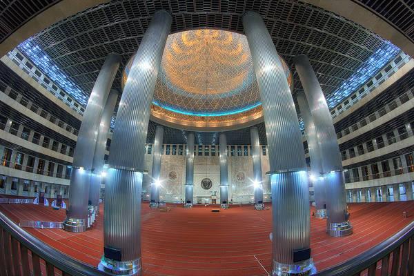 Bên trong nhà thờ Hồi giáo Istiqlal. Ảnh: flickr.com